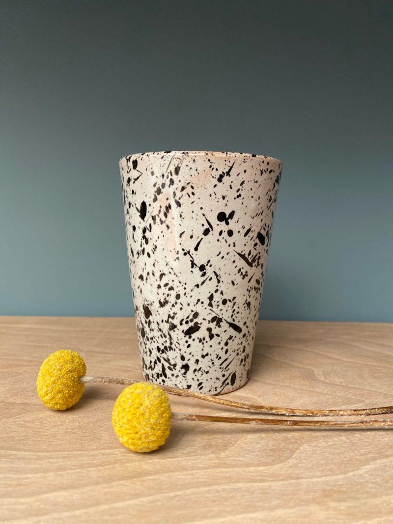 Toute notre vaisselle est fabriquée et peinte à la main de manière traditionnelle au Maroc. Les couleurs et dimensions peuvent varier. Certains articles peuvent contenir des imperfections ou irrégularités. Chaque pièce est unique.