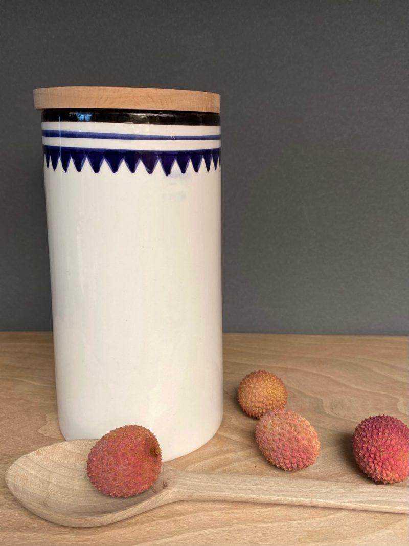Boite-some-couvercle-noyer-maroc-marrakech-artisanat-céramique-blanche-bleu-expresso-rangement-pot-vase-boite-thé-choufchouf-fait à la main-table-décoration